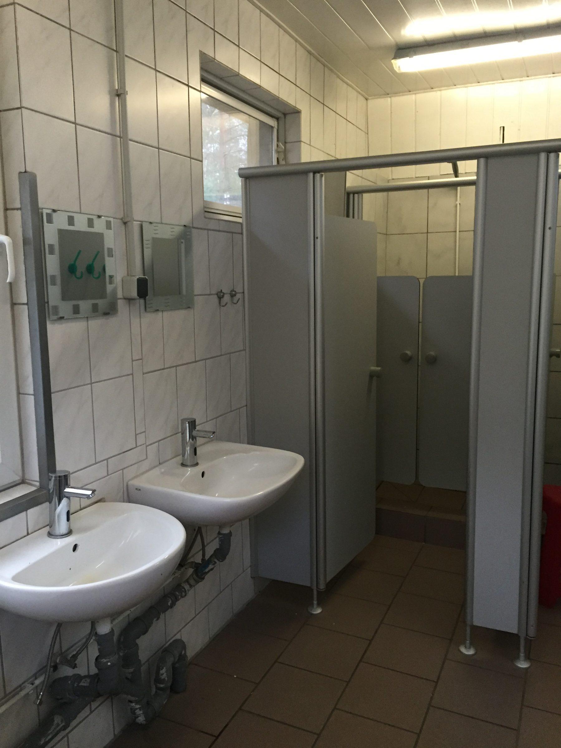 Waschbecken und Duschkabine 2018